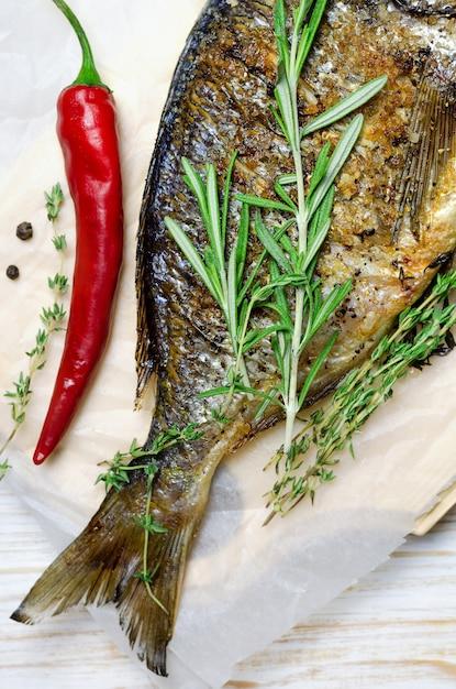 Dorado grillé aux herbes et au poivron rouge Photo Premium
