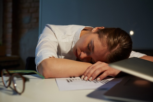 Dormir Au Bureau Photo gratuit