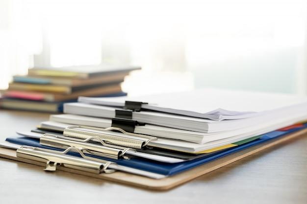 Dossier homme, pile, dossier, gros plan, empilement, de, document bureau, à, papier, papier, légal, dessus Photo Premium