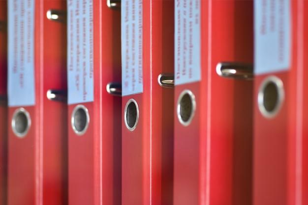 Dossiers de grands dossiers rouges avec des inscriptions pour stocker des documents de bureau Photo Premium