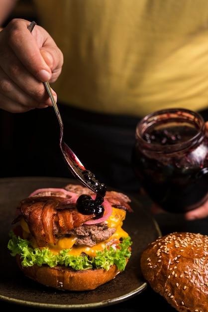 Double burger délicieux avec du fromage et du bacon Photo gratuit