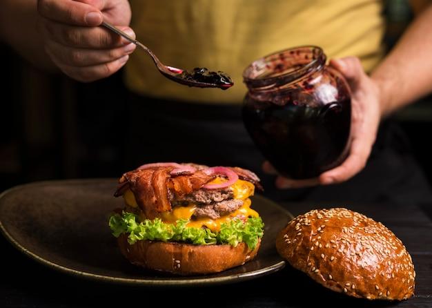 Double cheeseburger savoureux sur une assiette Photo gratuit