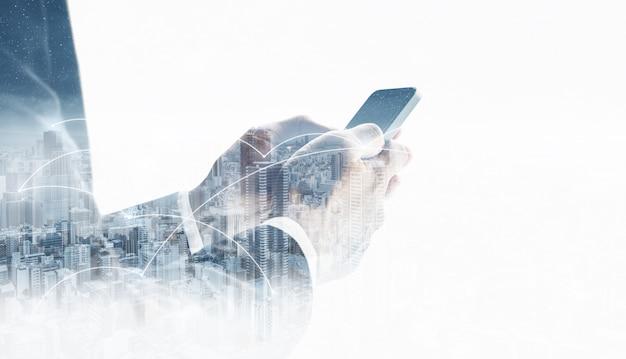Double exposition, homme d'affaires à l'aide d'un téléphone intelligent Photo Premium