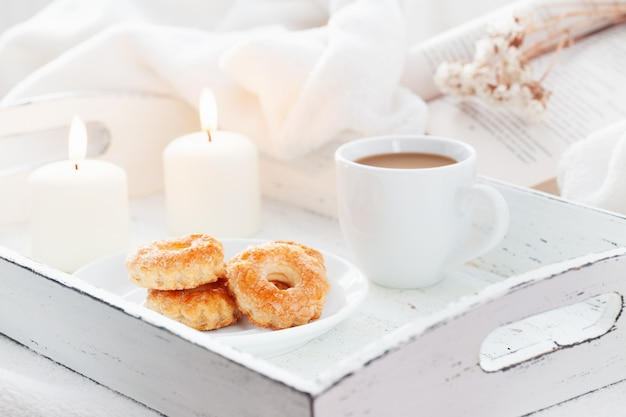 Douce Boulangerie Avec Une Tasse De Café Sur Un Plateau