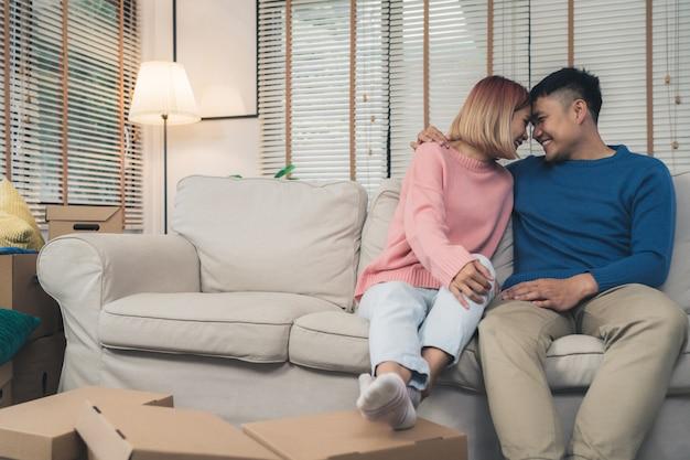 Douce heureuse jeune couple asiatique se déplaçant de vêtements et de nombreux objets de la vieille maison à leur nouvelle maison Photo gratuit