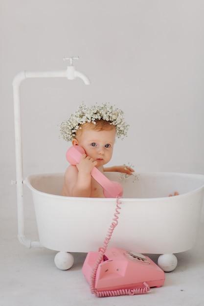 Douce petite fille dans la salle de bain Photo gratuit