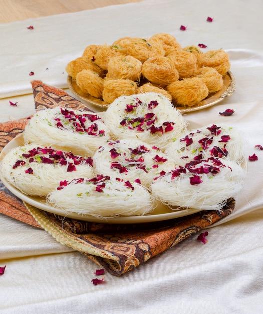 Douce traditionnelle indienne desi ghee ki pheni Photo Premium