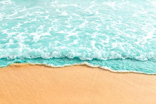 Douce vague d'océan turquoise sur la plage de sable Photo gratuit