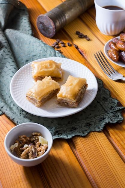 Douceurs orientales sur assiette aux noix Photo gratuit