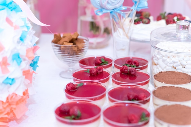 Douche de bébé et des bonbons sur la table Photo Premium