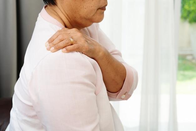 Douleur Au Cou Et à L'épaule, Vieille Femme Souffrant De Blessure Au Cou Et à L'épaule, Concept De Problème De Santé Photo Premium