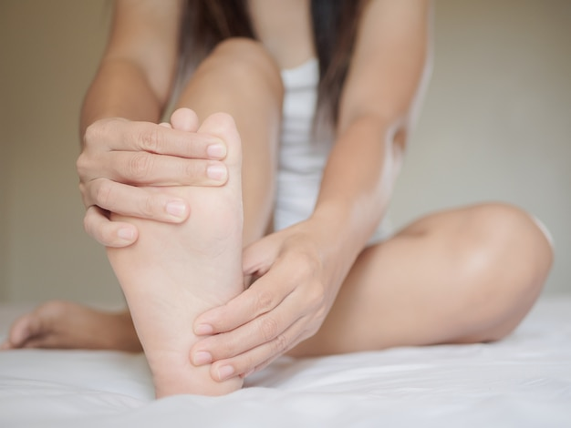 Douleur au pied féminin, concept de soins de santé. Photo Premium