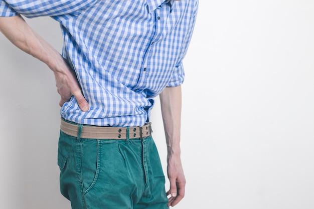 Douleur dans les reins. un homme s'accroche à un mal de dos. Photo Premium