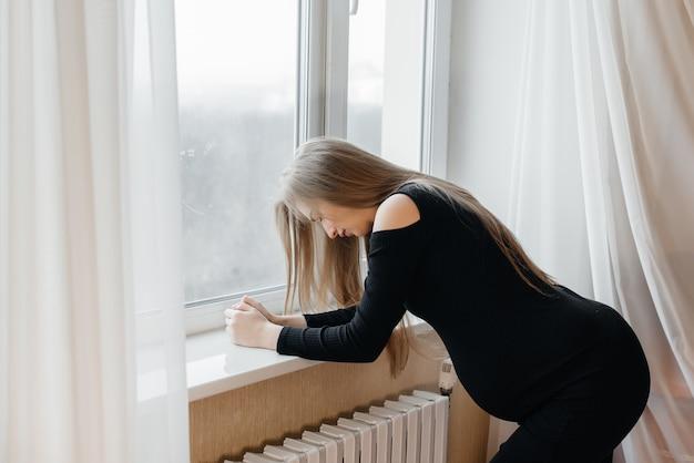 Douleur Intense Chez Une Femme Enceinte Debout Près De La Fenêtre. Grossesse Photo Premium