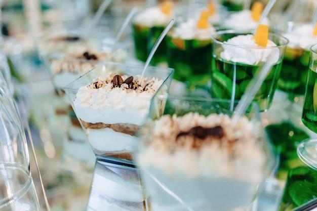 Doux buffet de fête, fruits, casquettes, macaronis et beaucoup de bonbons Photo Premium