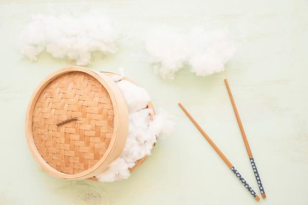 Doux Coton Dans Le Panier à Vapeur Avec Des Baguettes Photo gratuit