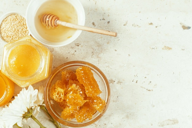 Doux miel sur la table Photo Premium