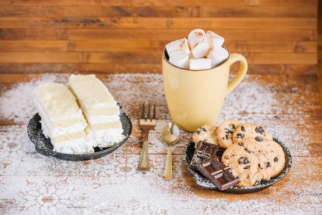 Doux petit déjeuner d'hiver avec du cacao et des biscuits Photo gratuit