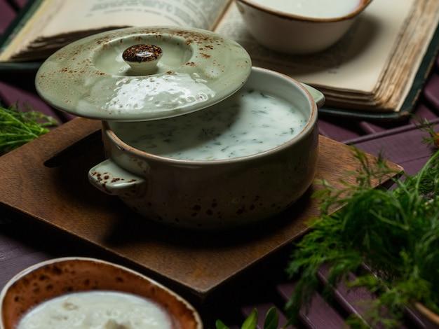 Dovga, Velouté Au Yaourt Traditionnel Dans Une Poêle Verte Photo gratuit