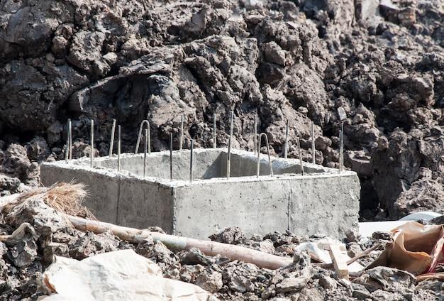 Drainage d'égout en béton en construction. Photo Premium
