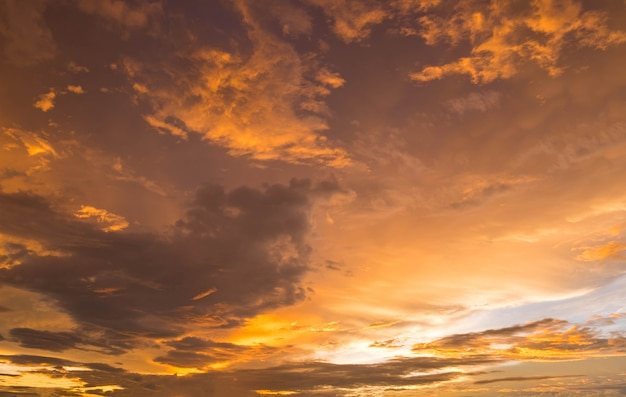 Dramatique coucher de soleil doré et lever du soleil sur le ciel de la montagne matin crépuscule. Photo Premium