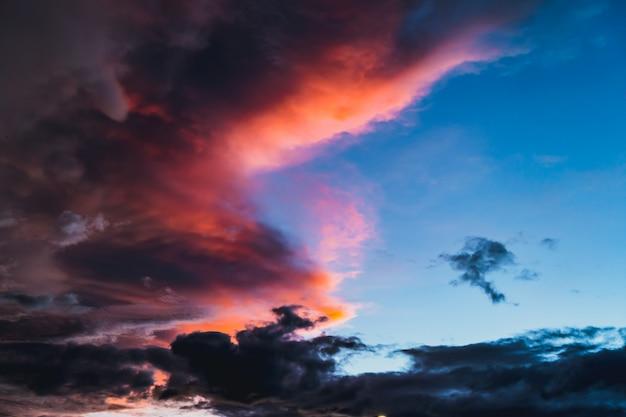 Dramatique nuage sombre ciel crépuscule aube couleur rouge coucher du soleil. Photo Premium