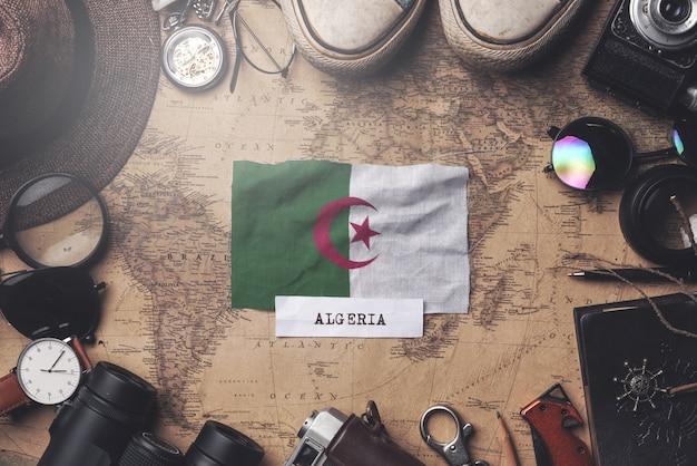Drapeau De L'algérie Entre Les Accessoires Du Voyageur Sur L'ancienne Carte Vintage. Tir Aérien Photo Premium