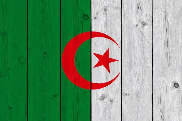 Drapeau De L'algérie Peint Sur Une Vieille Planche De Bois Photo Premium
