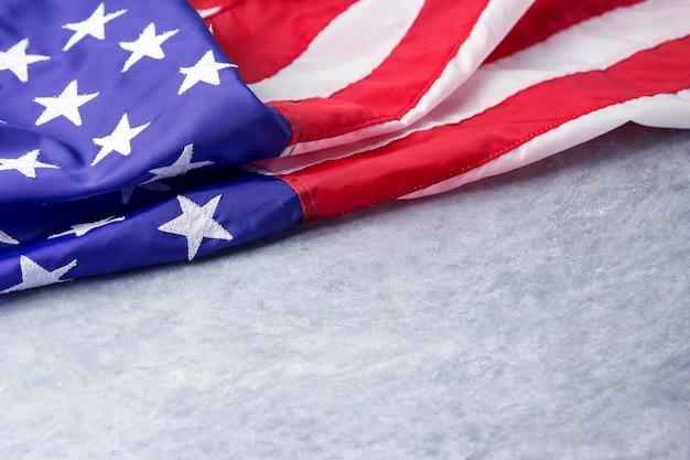 Drapeau américain ou américain sur fond de ciment avec espace copie Photo Premium