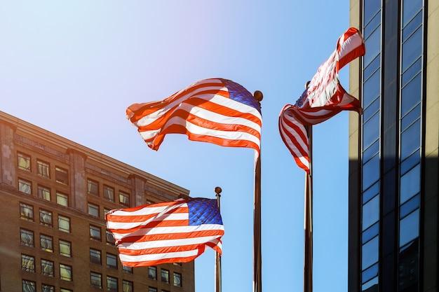Drapeau Américain Contre Le Ciel Bleu Drapeau Américain Contre Le Ciel Et Les Gratte-ciel Photo Premium
