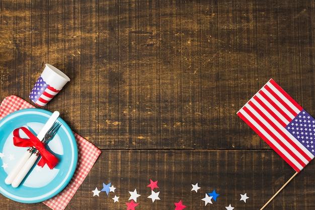 Drapeau Américain Et étoiles De Feutre Décorent La Table Avec Une Plaque Bleue Sur La Table En Bois Photo gratuit