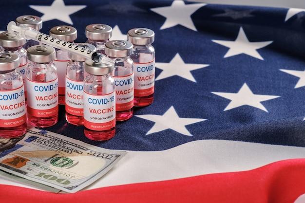 Drapeau Américain, Flacons De Vaccin Contre Le Coronavirus, Seringue Et Argent Photo Premium