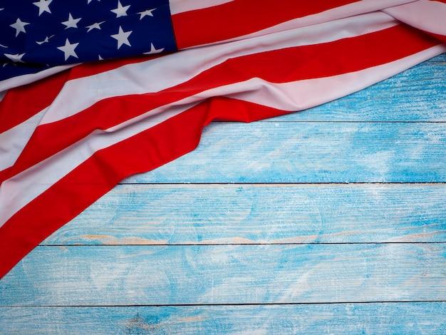 Drapeau américain sur fond en bois bleu Photo Premium