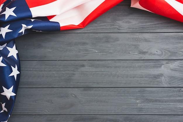 Drapeau américain sur un fond en bois gris Photo gratuit