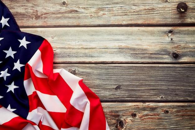 Drapeau américain sur une vieille planche de bois rustique Photo Premium