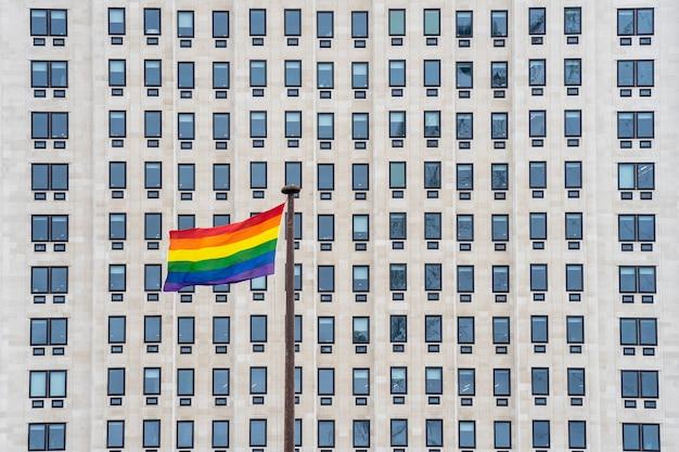 Le drapeau arc-en-ciel, communément appelé drapeau de la fierté gay ou drapeau de la fierté lgbtq Photo Premium