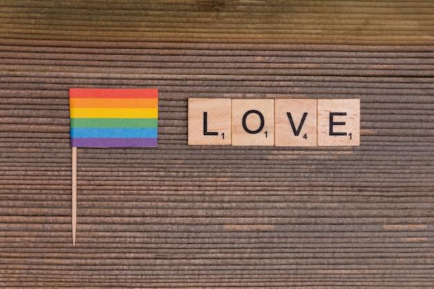 Drapeau arc-en-ciel lgbt avec signe d'amour Photo gratuit
