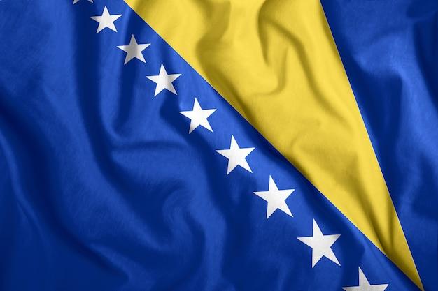 Drapeau de la bosnie-herzégovine flottant dans le vent Photo Premium
