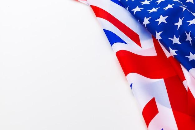 Drapeau Britannique Et Le Drapeau Américain Sur Blanc Photo Premium