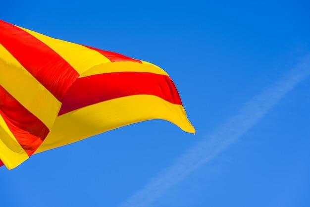 Drapeau de la catalogne et valence agitant avec ses rayures rouges et jaunes dans le vent. Photo Premium