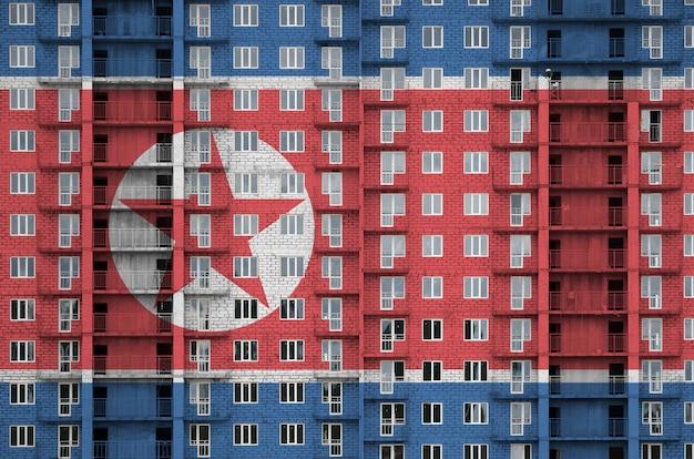 Drapeau De La Corée Du Nord Représenté En Couleurs De Peinture Sur Un Immeuble Résidentiel à Plusieurs étages En Construction. Photo Premium