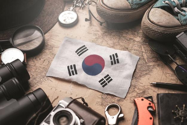 Drapeau De La Corée Du Sud Entre Les Accessoires Du Voyageur Sur L'ancienne Carte Vintage. Concept De Destination Touristique. Photo Premium