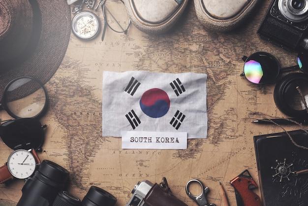 Drapeau De La Corée Du Sud Entre Les Accessoires Du Voyageur Sur L'ancienne Carte Vintage. Tir Aérien Photo Premium