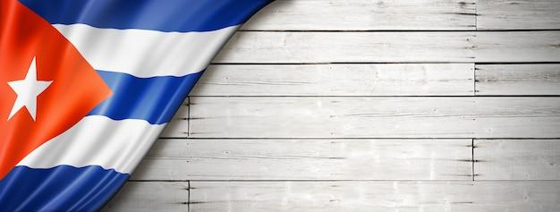 Drapeau De Cuba Sur Le Vieux Mur Blanc Photo Premium