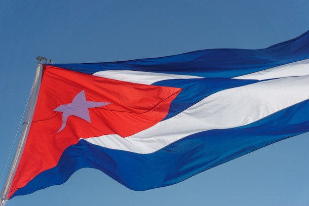 Drapeau Cubain Avec Ciel Bleu Photo Premium