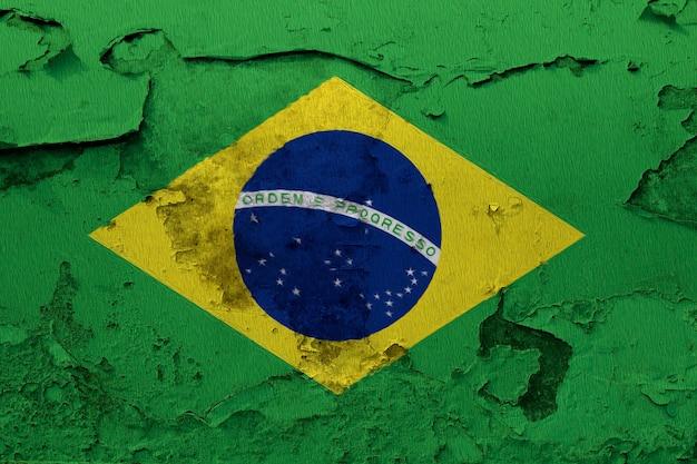 Drapeau du brésil peint sur mur fissuré grunge Photo Premium