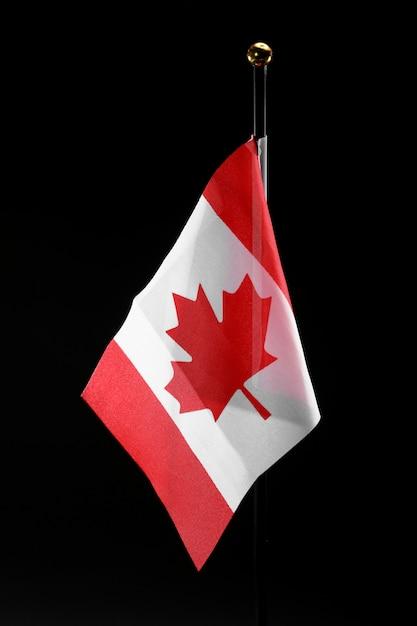 Drapeau Du Canada Sur Fond Noir Avec Espace De Copie. Jour Du Canada Photo Premium