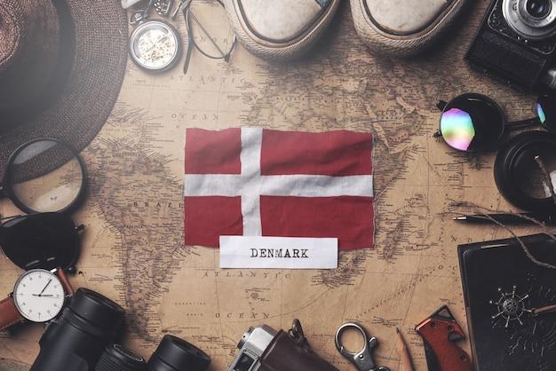Drapeau Du Danemark Entre Les Accessoires Du Voyageur Sur L'ancienne Carte Vintage. Tir Aérien Photo Premium