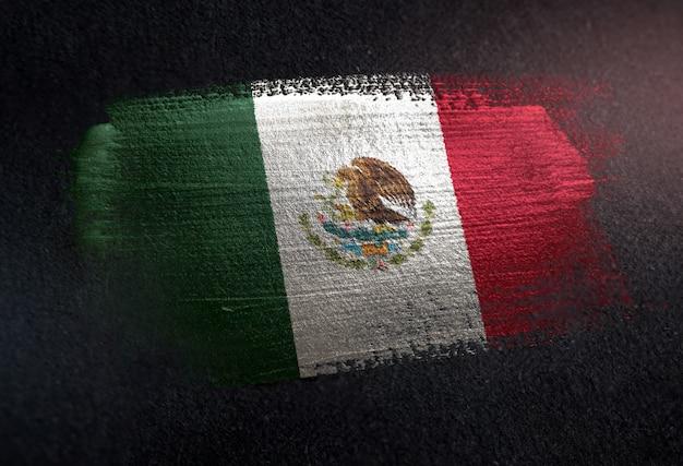 Drapeau du mexique fait de peinture brosse métallique sur mur sombre grunge Photo Premium