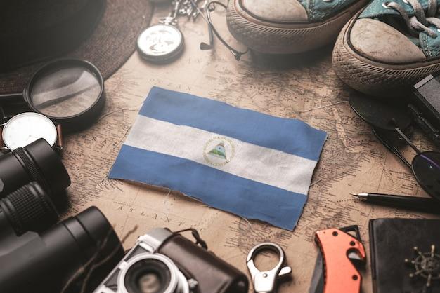 Drapeau Du Nicaragua Entre Les Accessoires Du Voyageur Sur L'ancienne Carte Vintage. Concept De Destination Touristique. Photo Premium